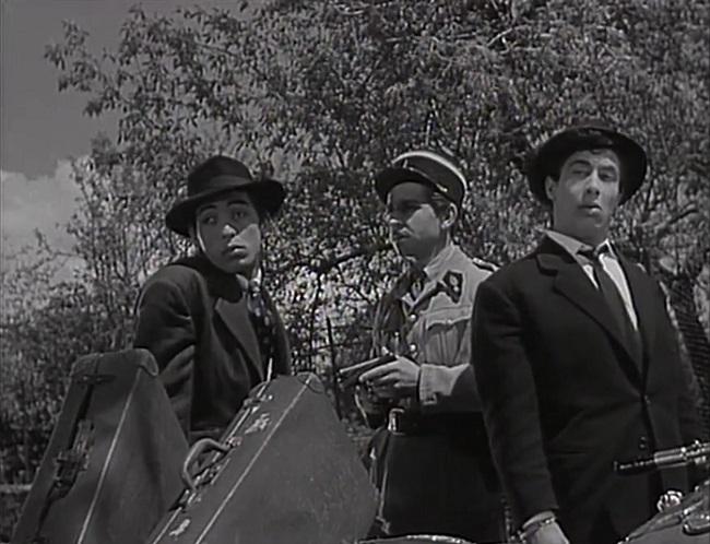 """ميمو وجمال رمسيس في مشهد من الفيلم الفرنسي """"ليس هناك سطو على ريكاردو"""" إنتاج 1957"""