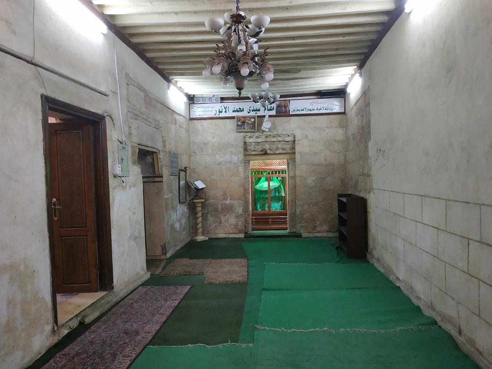 الممر الذي يلي مدخل المسجد ويقود إلى الضريح مباشرة