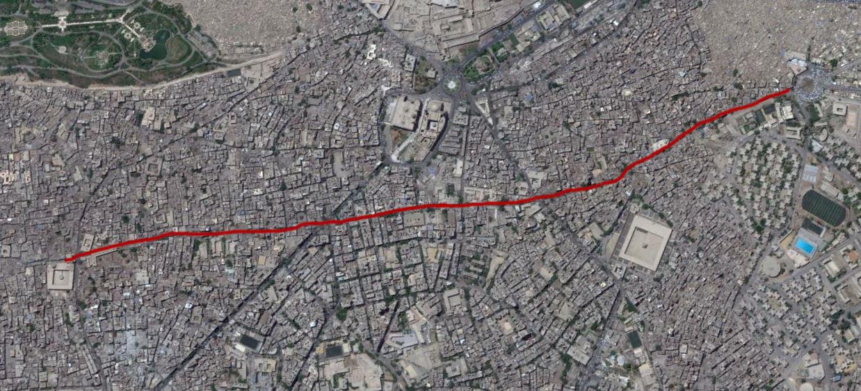 الخط الأحمر يوضح الشارع الرئيسي الذين يربط بين الفسطاط والقاهرة حاليا، وإلى اليمين يظهر بالقرب من الشارع جامع أحمد بن طولون