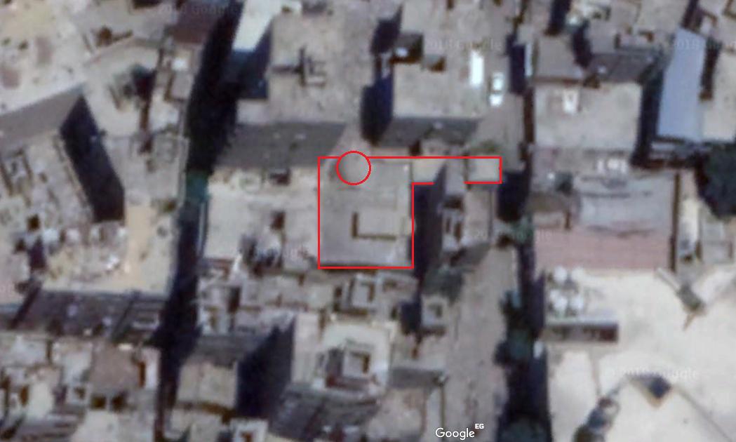 صورة توضح مساحة مسجد محمد الأنور في شارع الخليفة، حيث يتوارى المسجد خلف المنازل، ولا تطل على الشارع سوى واجهته الصغيرة.