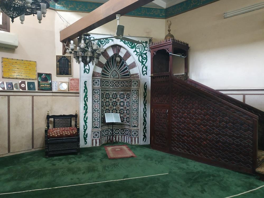 منبر ومحراب حديثان داخل منطقة الصلاة التي أضيفت حديثا للمسجد.