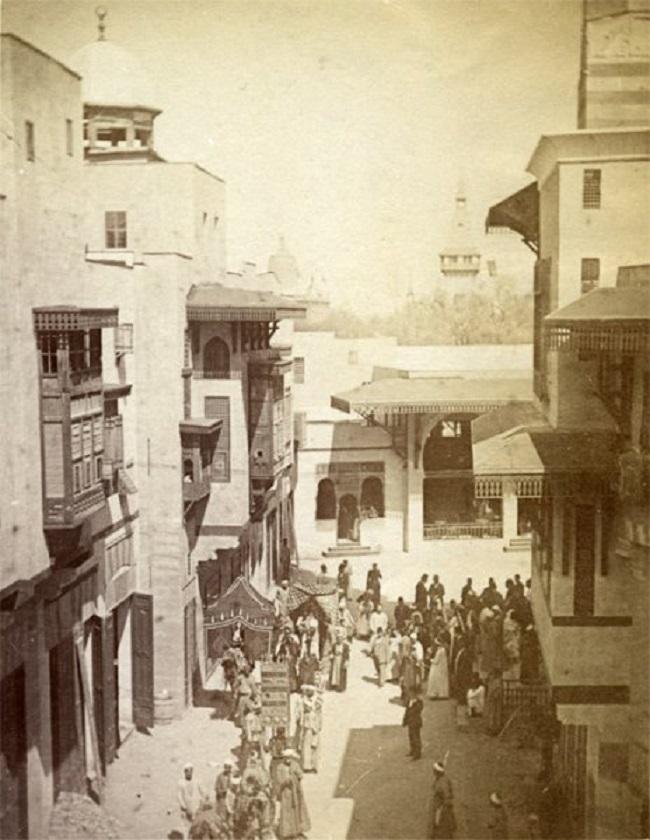 تأقلم المصريون سريعا مع المعرض بعدما شعروا أنهم ما يزالون في القاهرة بسبب شكل الشارع ومبانيه القاهرية الصرفة