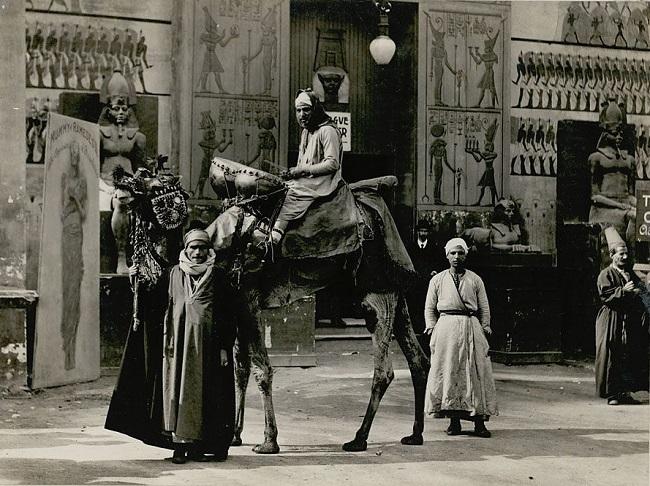 """""""معبد الأقصر"""" ووسيلة نقل مصرية في انتظار بدء جولة داخل """"شوارع القاهرة"""""""