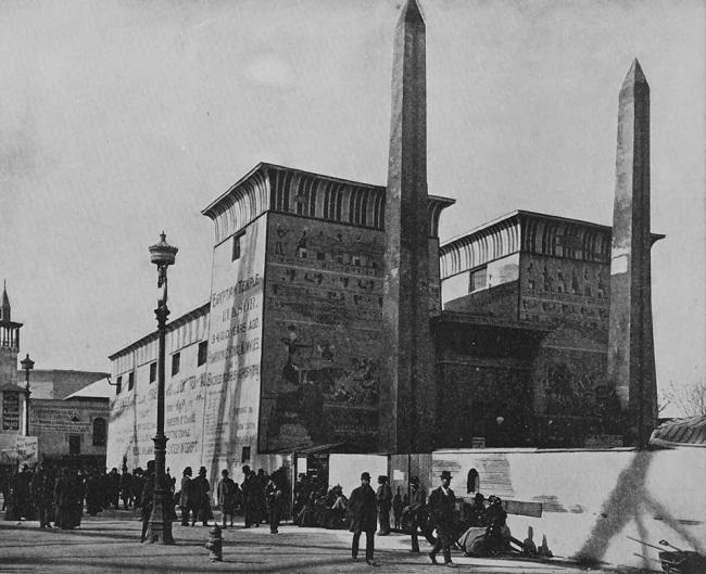 """المدخل الغربي للجناح المصري ويظهر به """"معبد الأقصر"""" ومسلاته الشاهقة"""