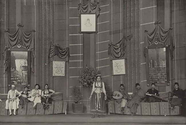 المسرح الرئيسي داخل شارع القاهرة، وتظهر به صورة للخديوي عباس